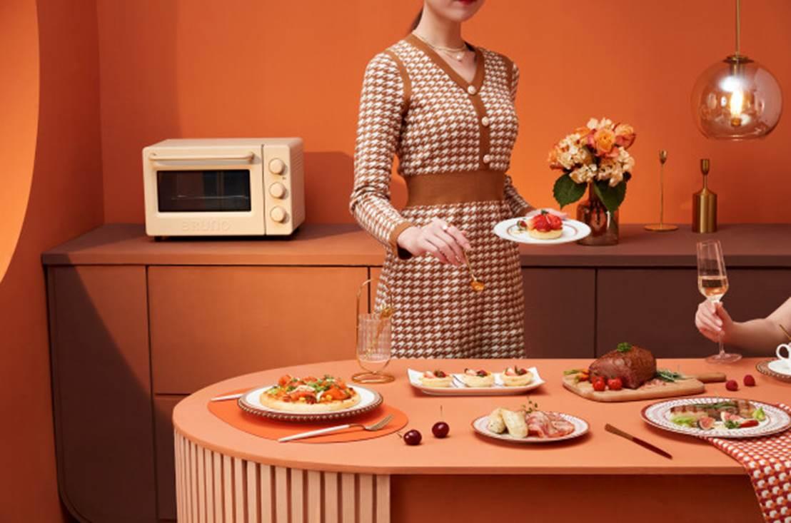 图片包含 人, 桌子, 室内, 女人  描述已自动生成
