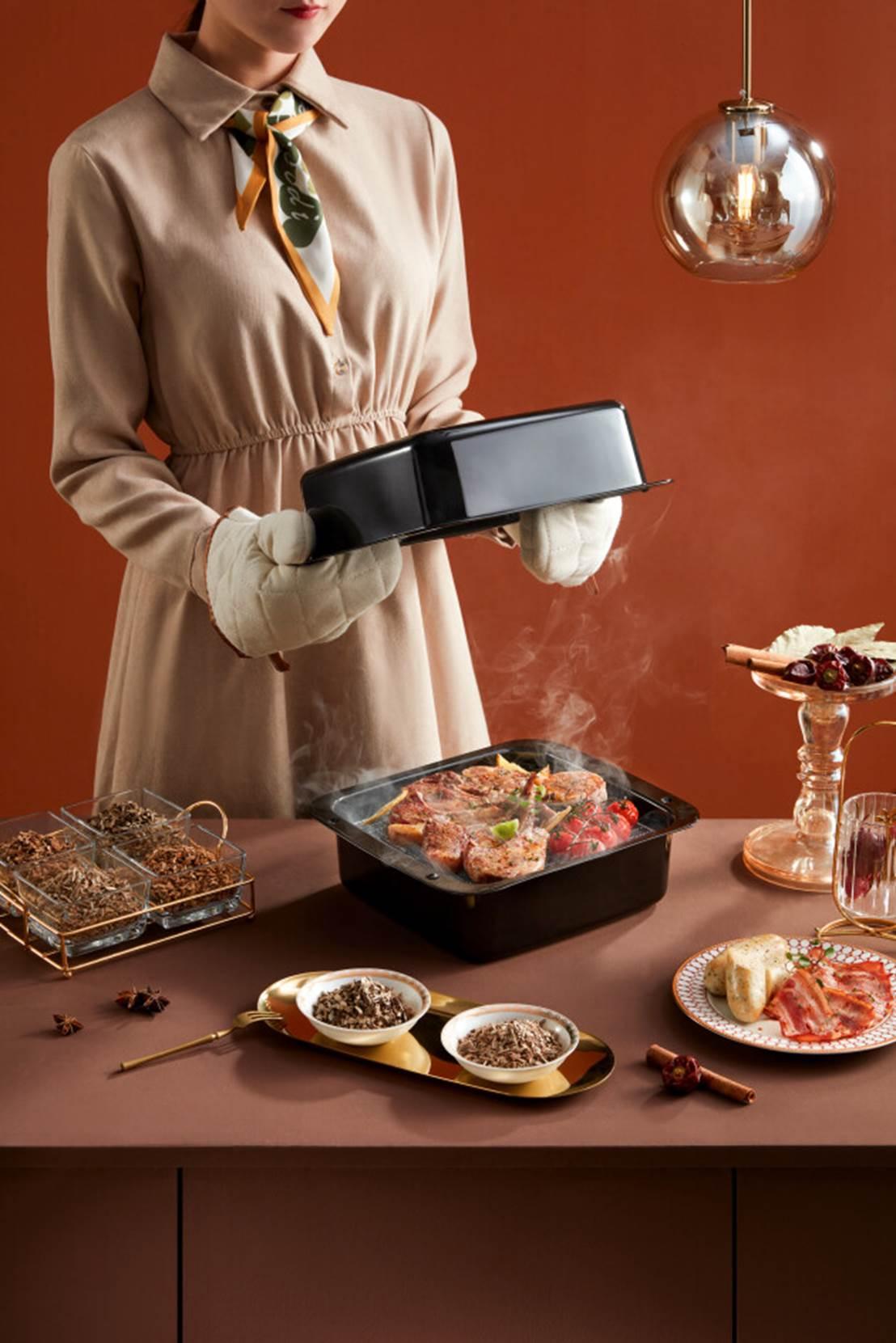 人在厨房里做食物  中度可信度描述已自动生成
